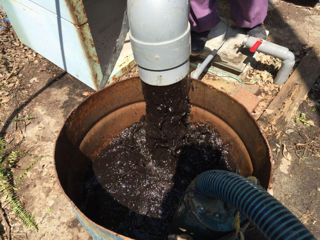 井戸洗浄直後の濁れ水