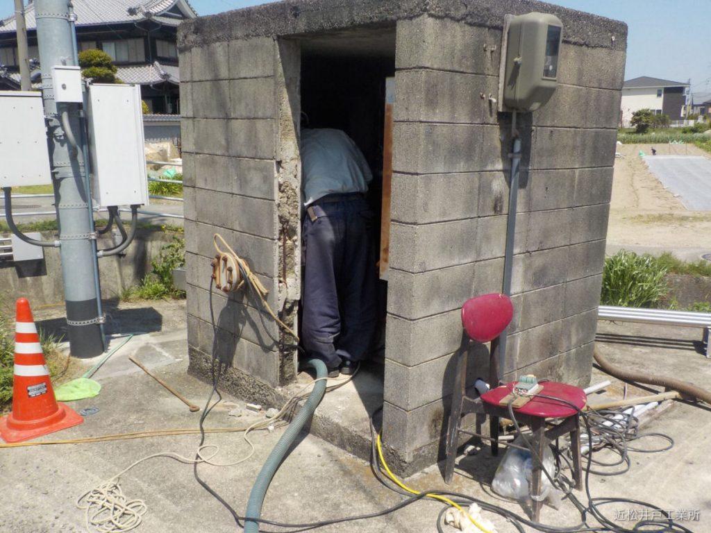 水量が減った掘井戸の洗浄(伊予市下吾川)