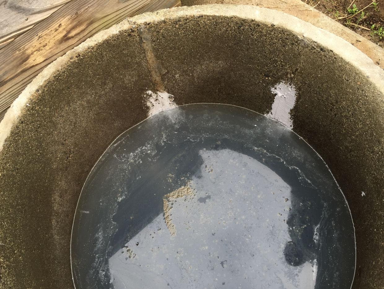 水溶性の液体が溶け込み濁れた井戸水