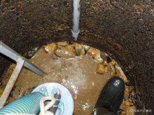 雨水で濁れる井戸の修繕工事(松山市来住町)