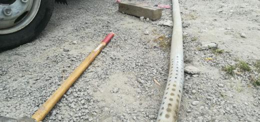 硬い石に当たり曲がった井戸パイプ(東温市見奈良)