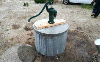 古井戸の洗浄と補強、そして手押しポンプ取付ました!