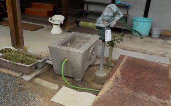 打抜き井戸と手押しポンプ