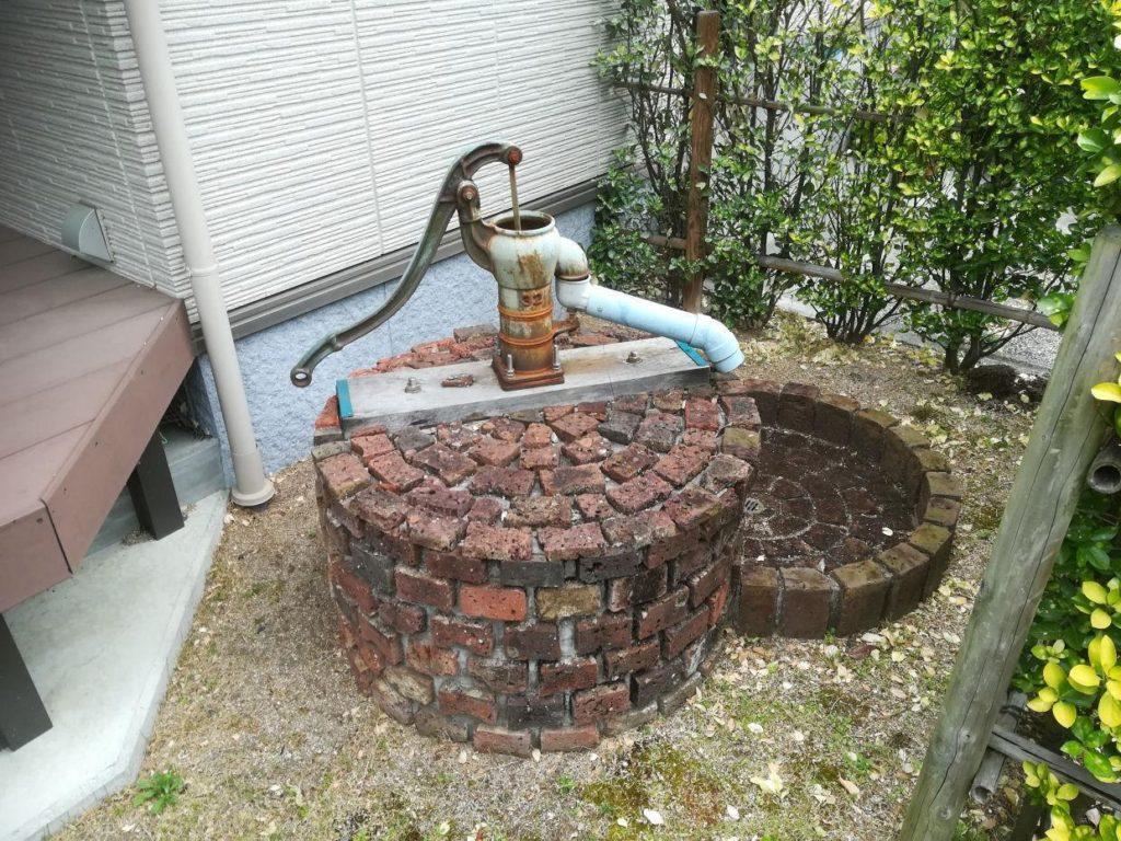掘井戸と手押しポンプ