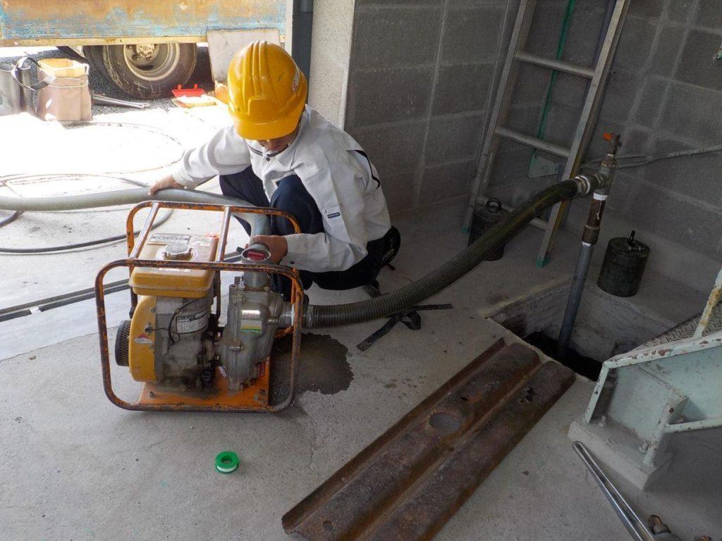 打設後のエンジンポンプ連続揚水作業