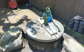 古井戸に手押しポンプ