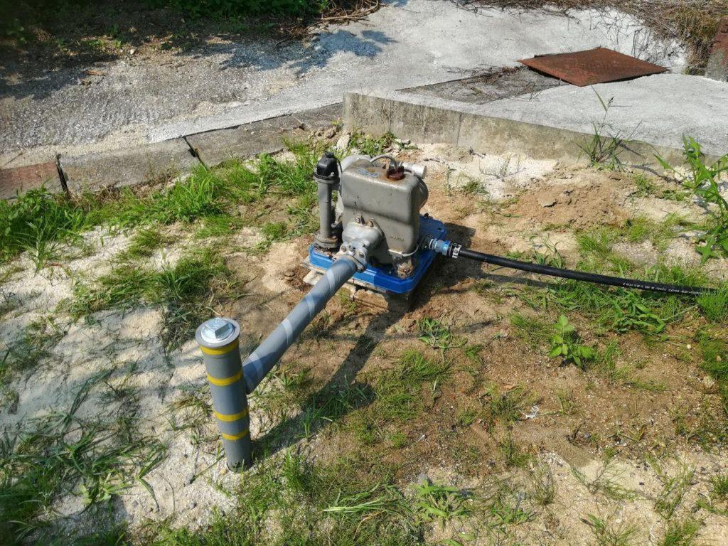 地質調査ボーリング井戸へポンプ取付