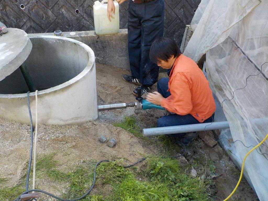 掘井戸へポンプ取付