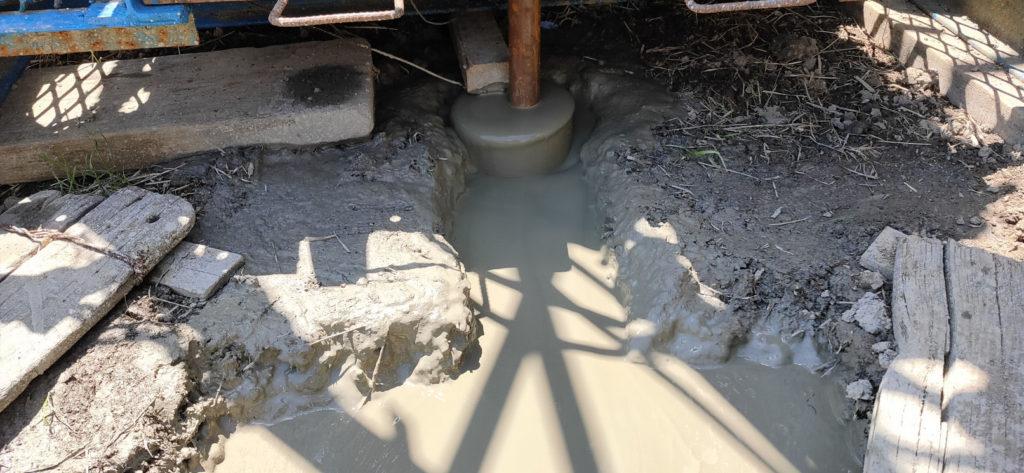 井戸掘削中の泥
