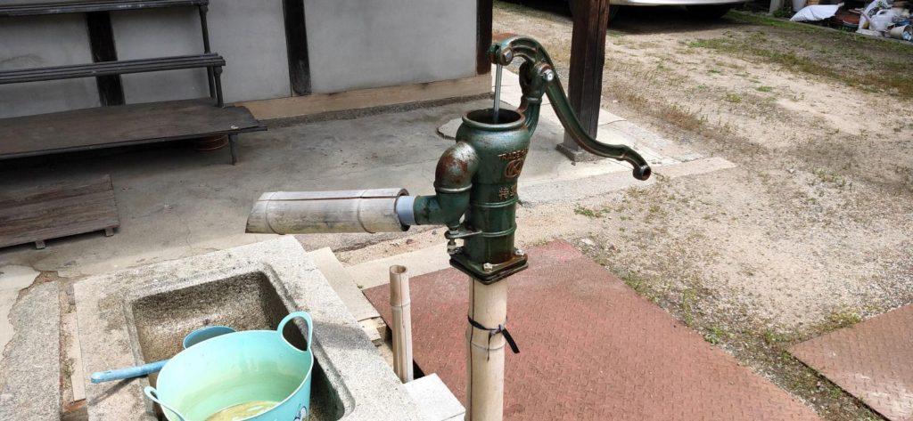井戸と手押しポンプ