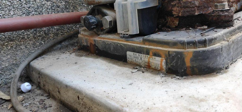 セメントで固定されたポンプ