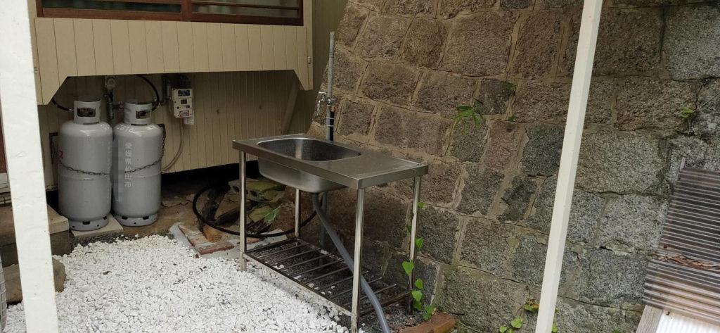 井戸を再利用。屋外流し台へ蛇口新設